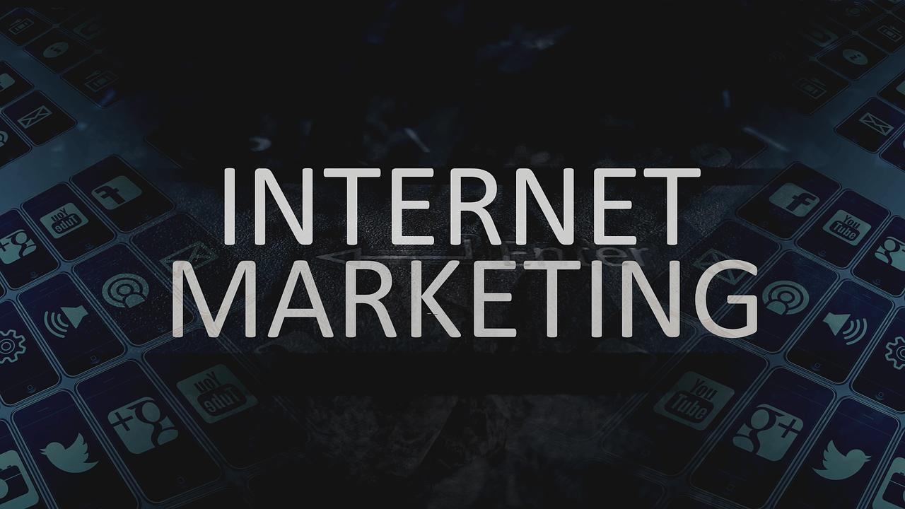 Co składa się na reklamę internetową?